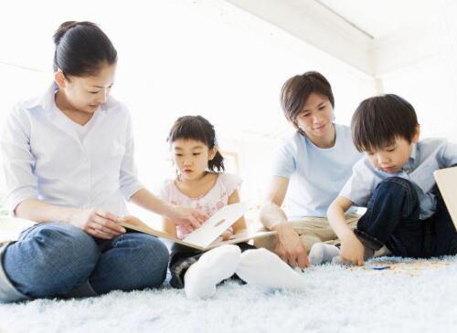 自己带孩子当全职妈妈,还是把孩子交给老人自己上班?