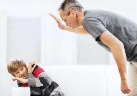 孩子在学校跟别的同学打架家长如何处理