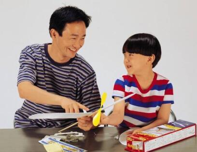 孩子写作业的时候总喜欢一边写一边玩怎么办?